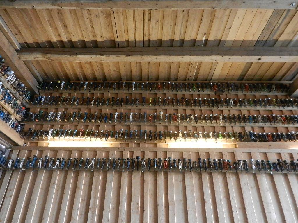 insgesamt sind 1500 Mohnmühlen aufgehängt