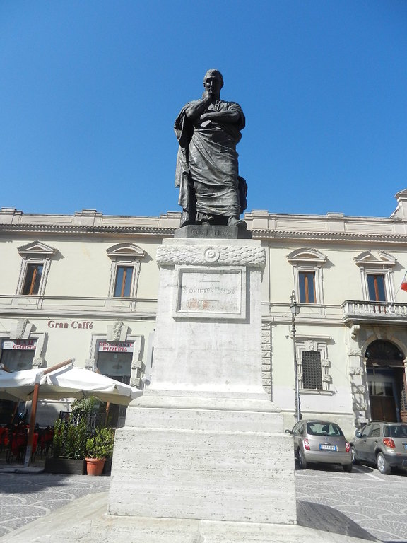 "Denkmal v. römischen Dichter ""Ovid""."
