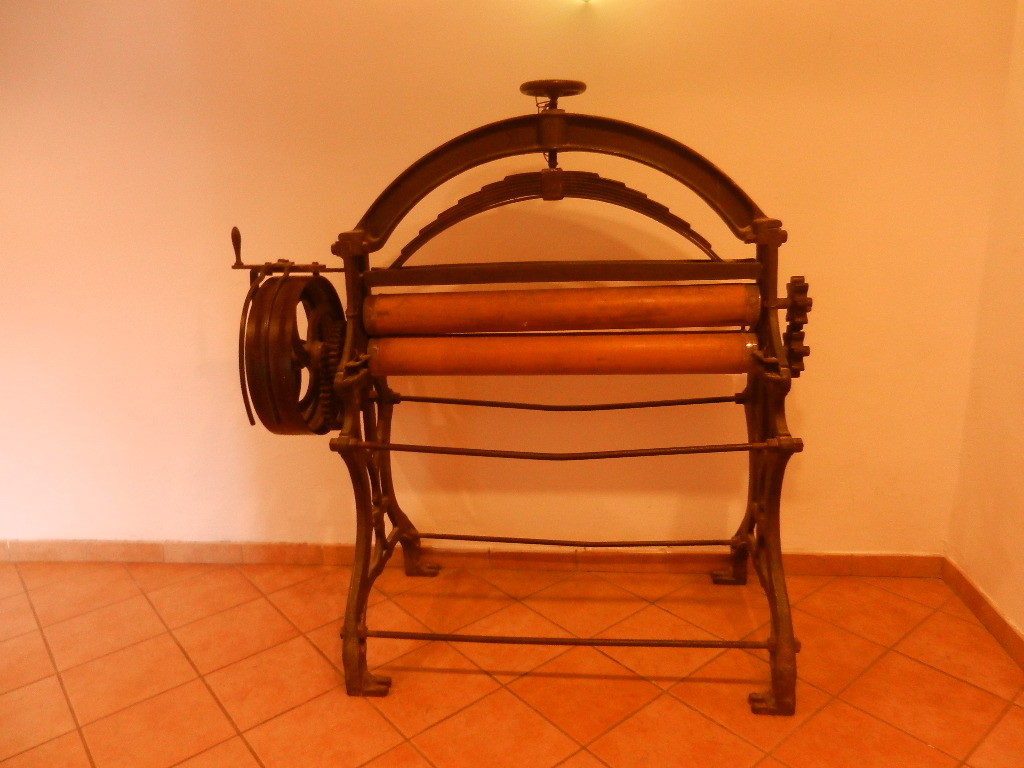 historische Bügelmaschine - steht im Eingangsbereich des Gasthof