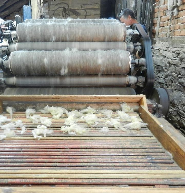 eine Schafwollverarbeitungsmaschine