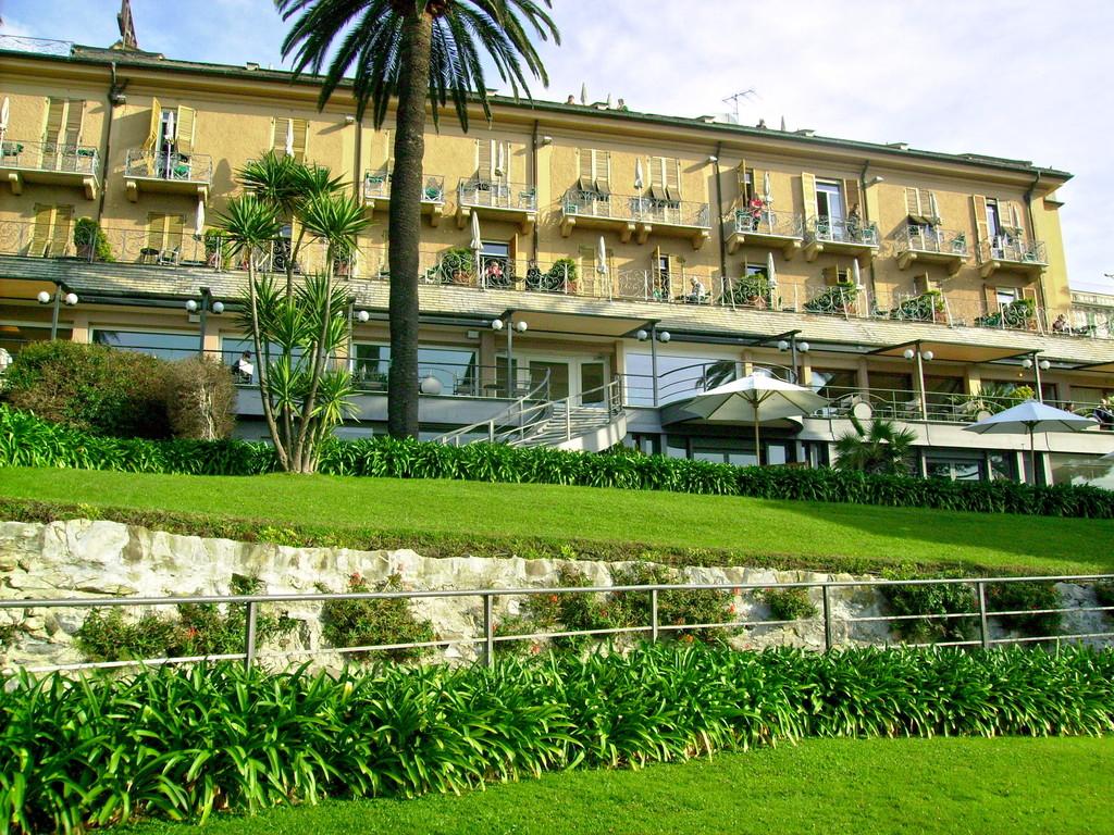 das Hotel mit Blick zum Meer