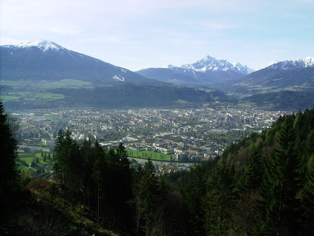 Blick auf Innsbruck - im Hintergrund die Serles u. links der Patscherkofel