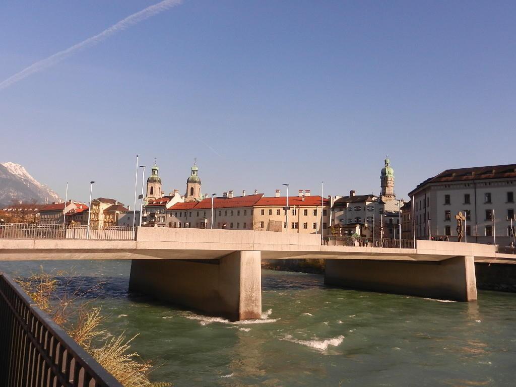 ....Blick über die Innbrücke - im Hintergrund der Dom und der Stadtturm