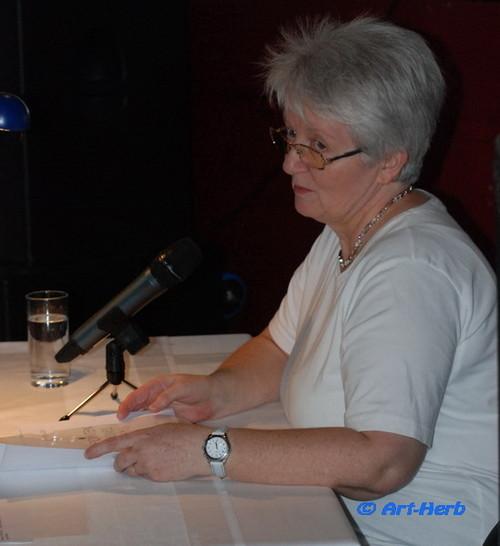 Elisabeth Mairinger  bei ihrem Vortrag einmal so...
