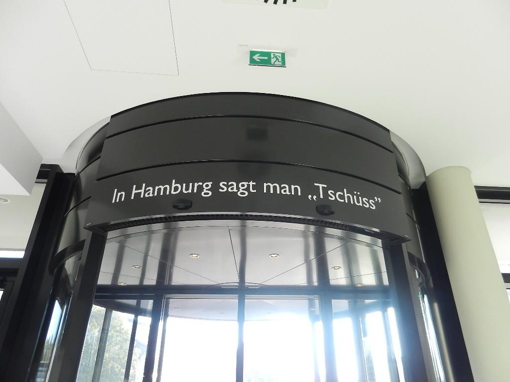 .....das steht oberhalb des Hoteleinganges