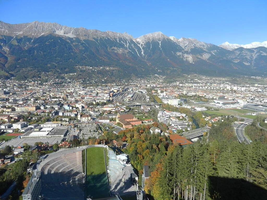 Blick v.d. Aussichtsterrasse auf Innsbruck- auf das Stadion - im Hintergrund d. Nordkette