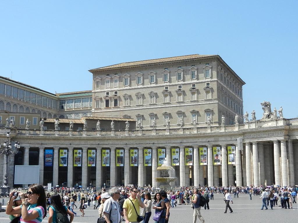 Papstfenster . ganz oben - 2. v. rechts