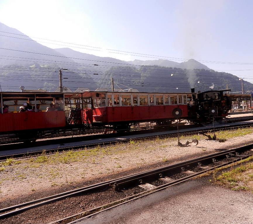 """Bahnhof Jenbach - die Waggon werden von der Lokomotive """"geschoben"""""""