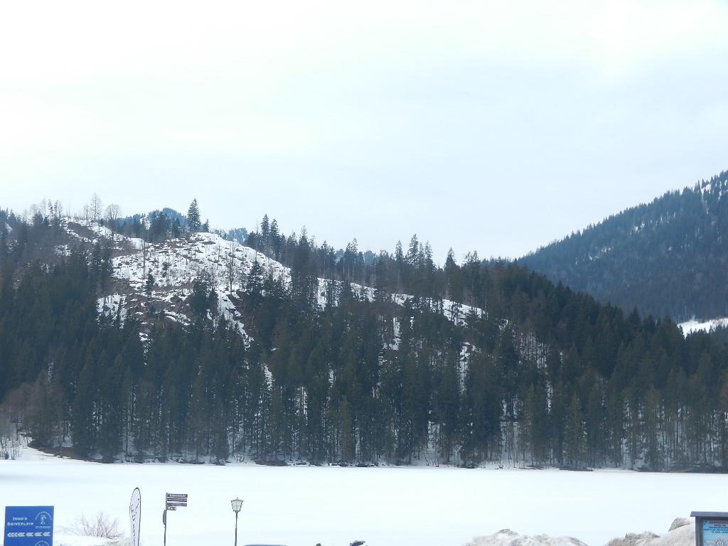 die weiße Fläche ist der See