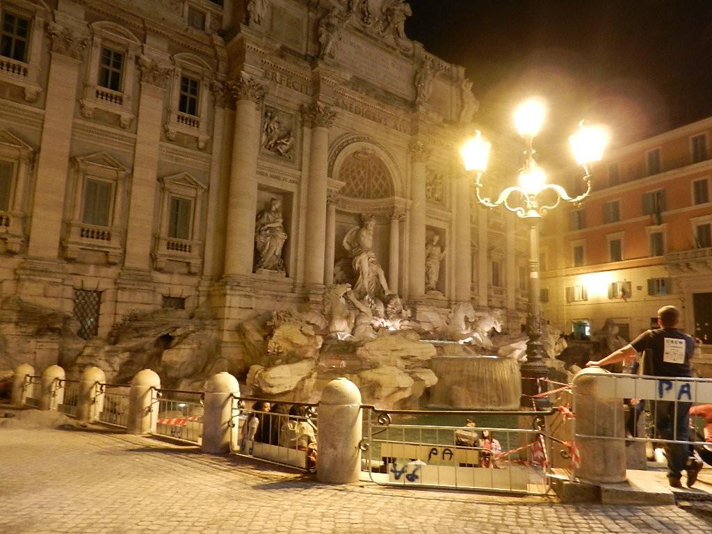 Trevi Brunnen bei Nacht