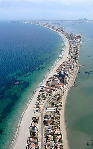 (Bild ist v. GOOGLE)-Halbinsel La Manga - auf der linken Seite die Salzwasserbucht -Mar Menor - auf der rechten Seite das Mittelmeer