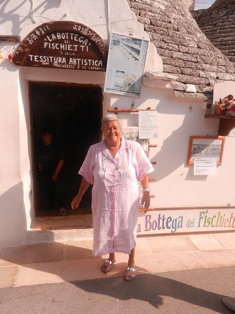 """das ist Maria - verkauft schon über 50 Jahre """"Glückspfeifen"""" in ihrem Laden"""