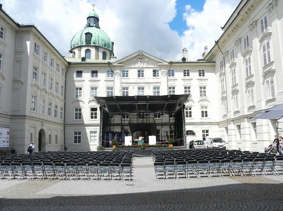 ... Aufführungsort  der Konzerte ist der Innenhof der Hofburg