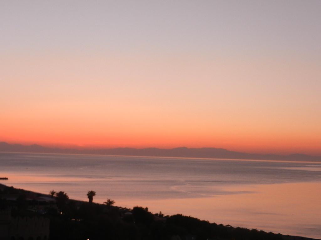"""Sonnenaufgang - fotografiert aus """"meinem""""Hotelzimmer"""