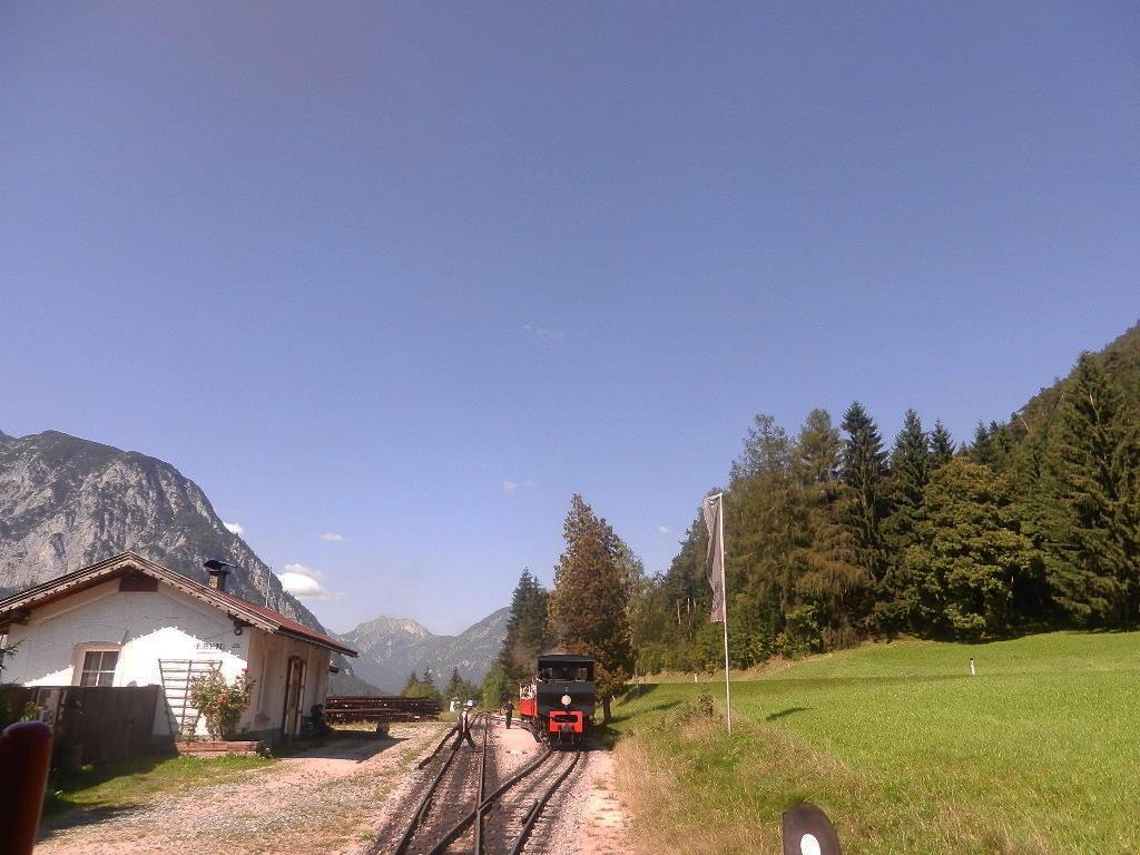 """Zwischenstation - das letzte Teilstück - jetzt werden die Waggon bis zum """"Seespitz""""von der Lokomotive gezogen"""
