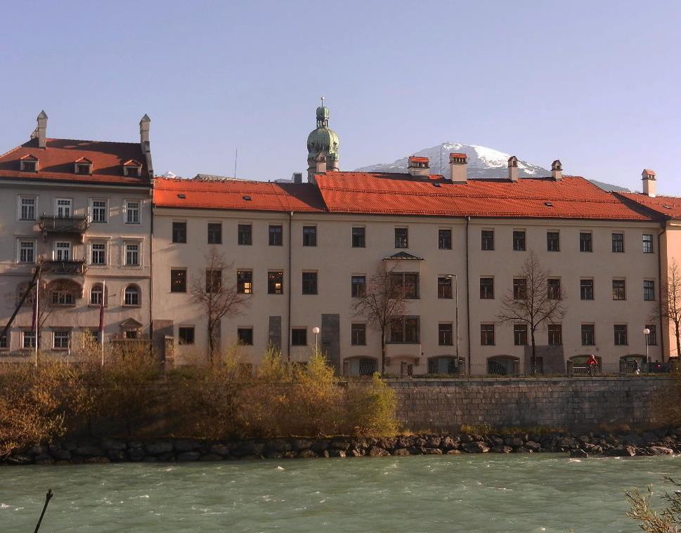 im Hintergrund - der Stadtturm und der Patscherkofel