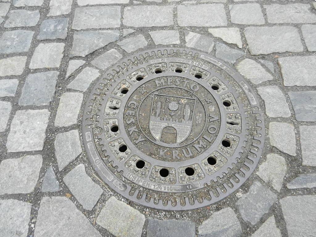 Kanaldeckel mit Wappen des Herrschergeschlechtes  der Rosenberger