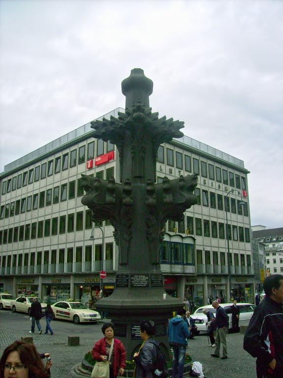 Modell d. Kreuzblume auf den Türmen in Originalgröße - Höhe 9,50 Meter - Breite 4, 60 Meter