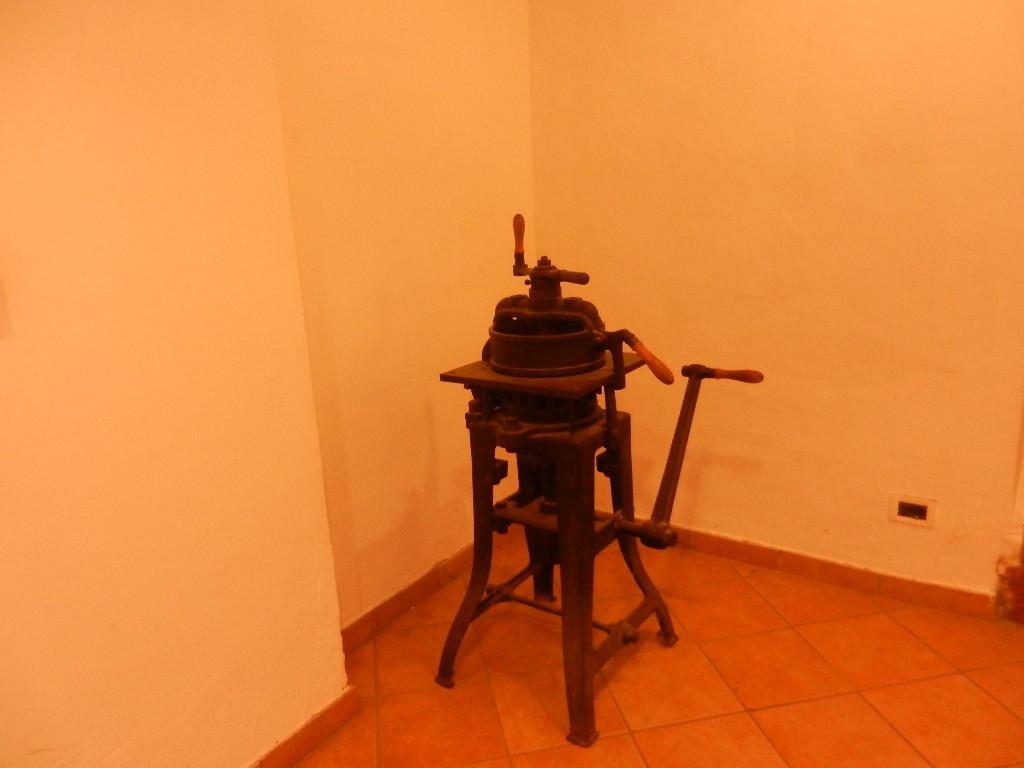 historische Brotteig -Portioniermaschine - steht im Eingangsbereichang des Gasthof