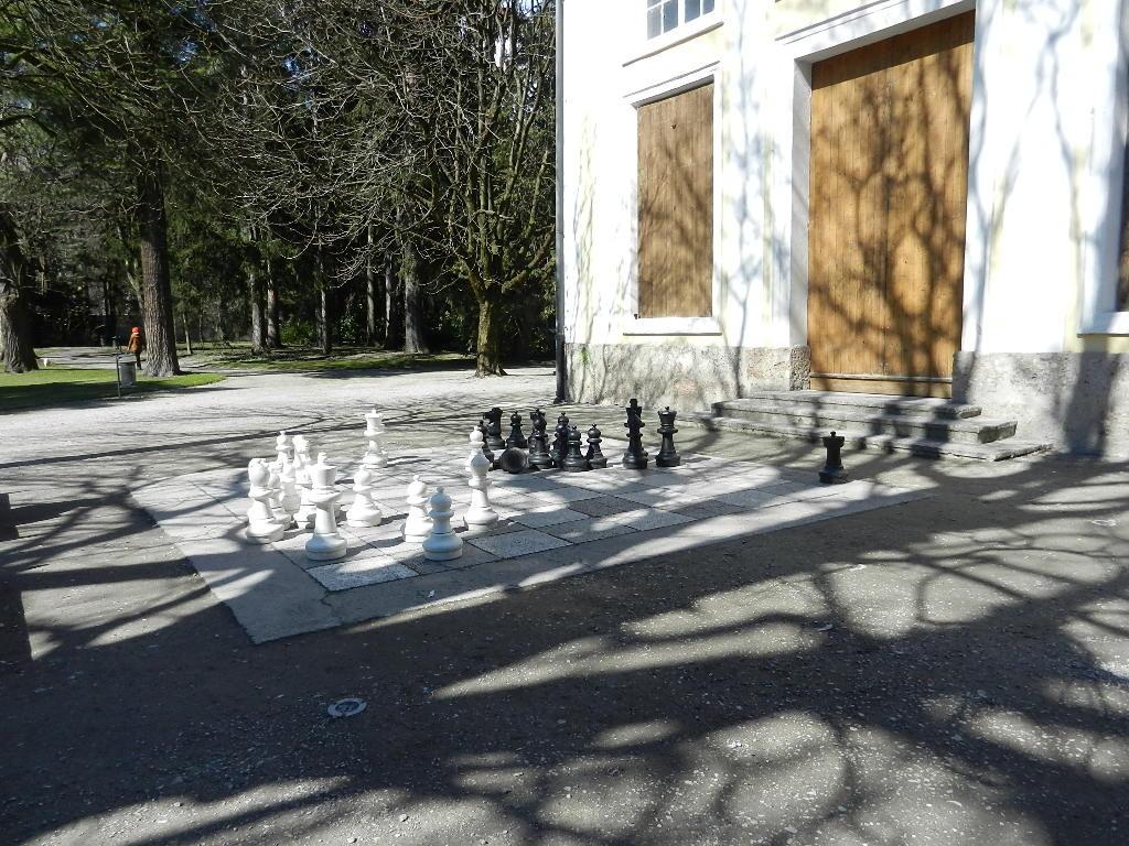 ....das Freiluftschachspiel vor dem Pavillon -März 2013