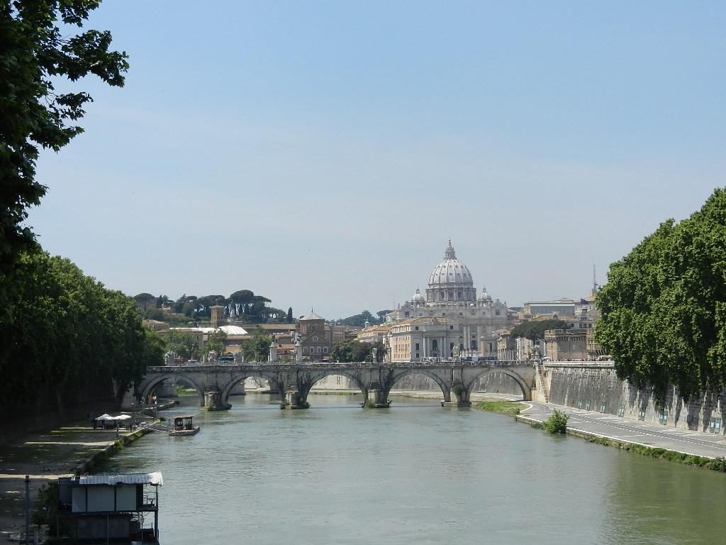 Blick über den Tiber auf die Engelsbrücke und den Petersdom
