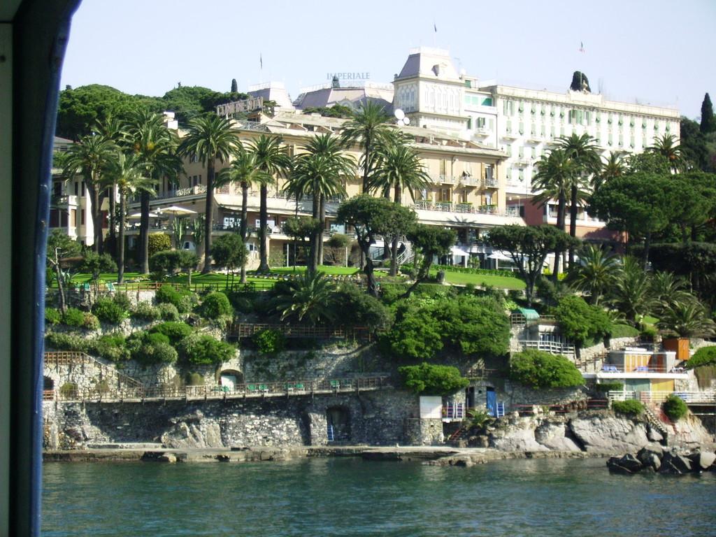 die Hotelanlage vom Schiff aus