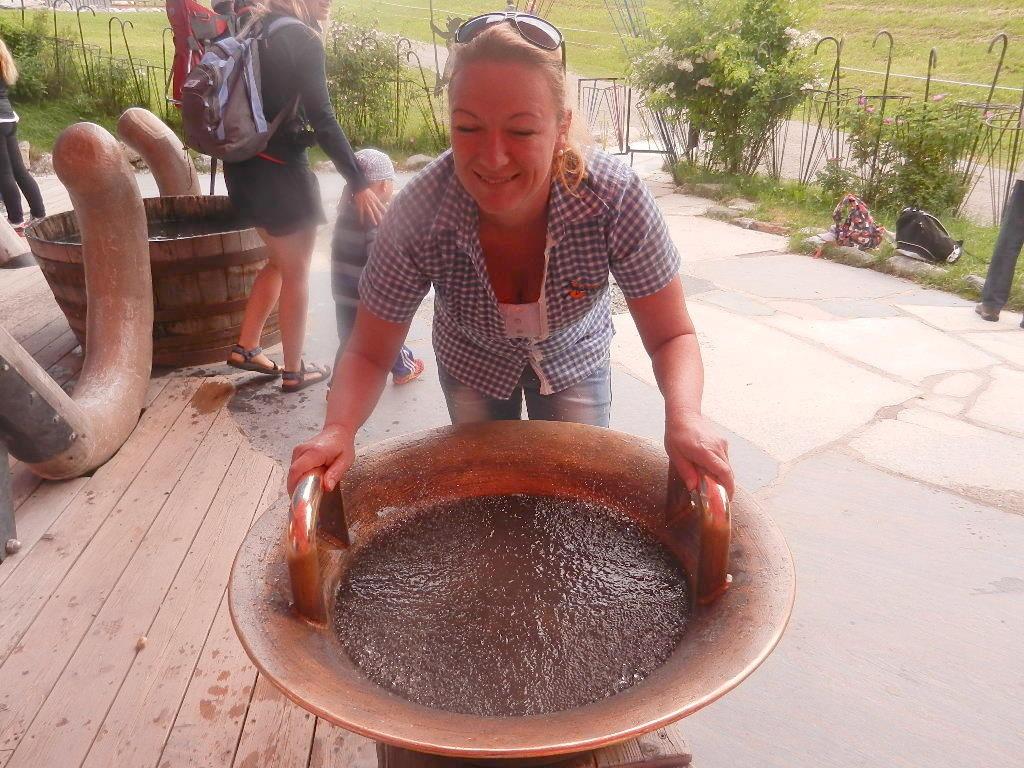 so entsteht der Wasserklang /Hände nass machen und an den Henkeln leicht drüberstreifen