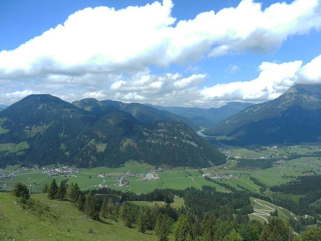 Blick von der Aussichtsplattform ins Pillerseetal - im Hintergrund der Pillersee