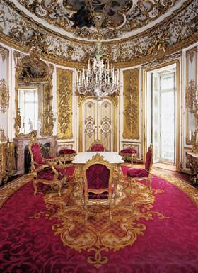 """Höhepunkt der Führung durch Schloß Linderhof ist das """"Tischlein deck Dich"""", ein absenkbarer Tisch im Speisesaal, der in die darunterliegende Küche hinuntergelassen, dort gedeckt und wieder hochgekurbelt werden konnte."""