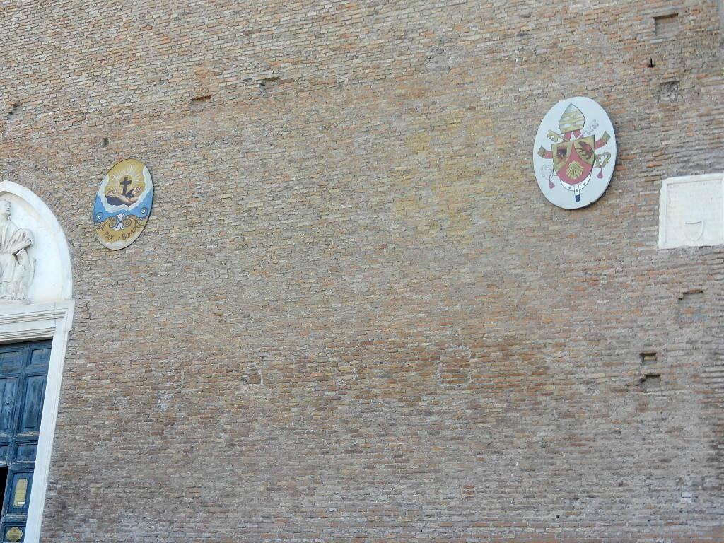 rechts das Wappen vom Papst