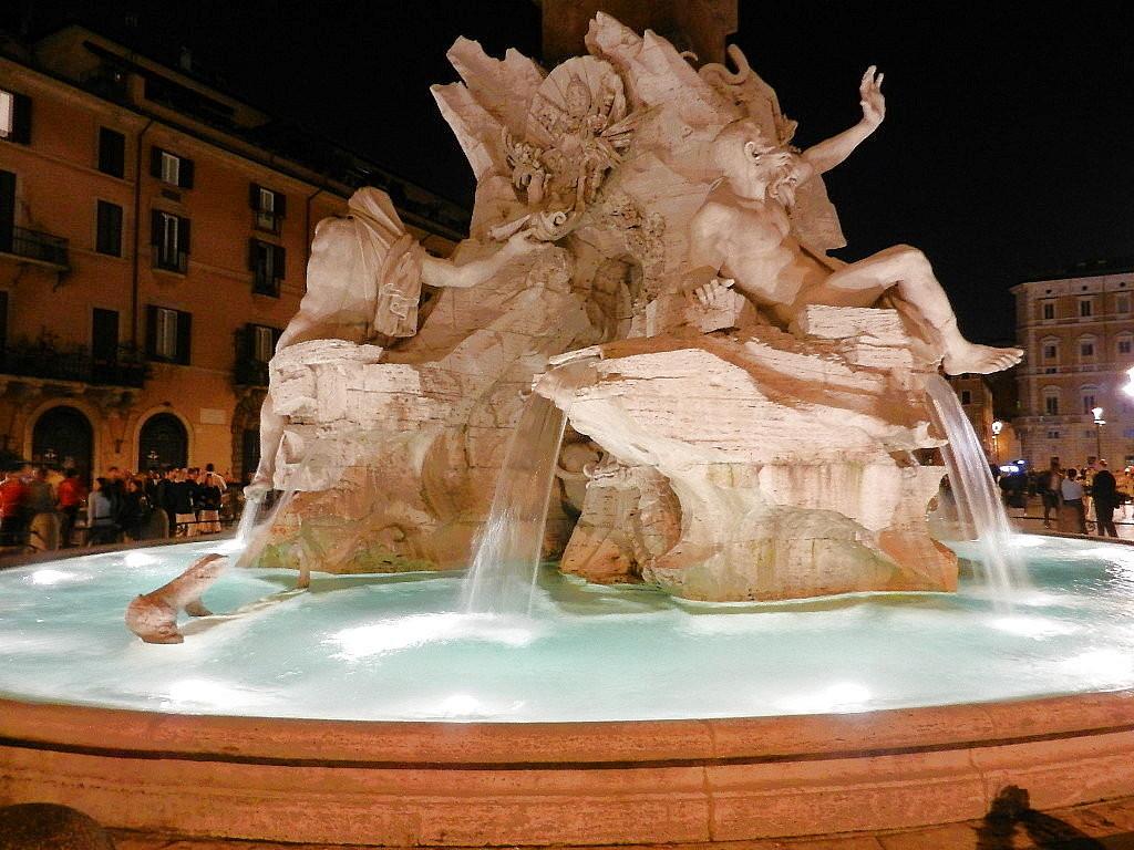 Vier-Ströme Brunnen bei Nacht