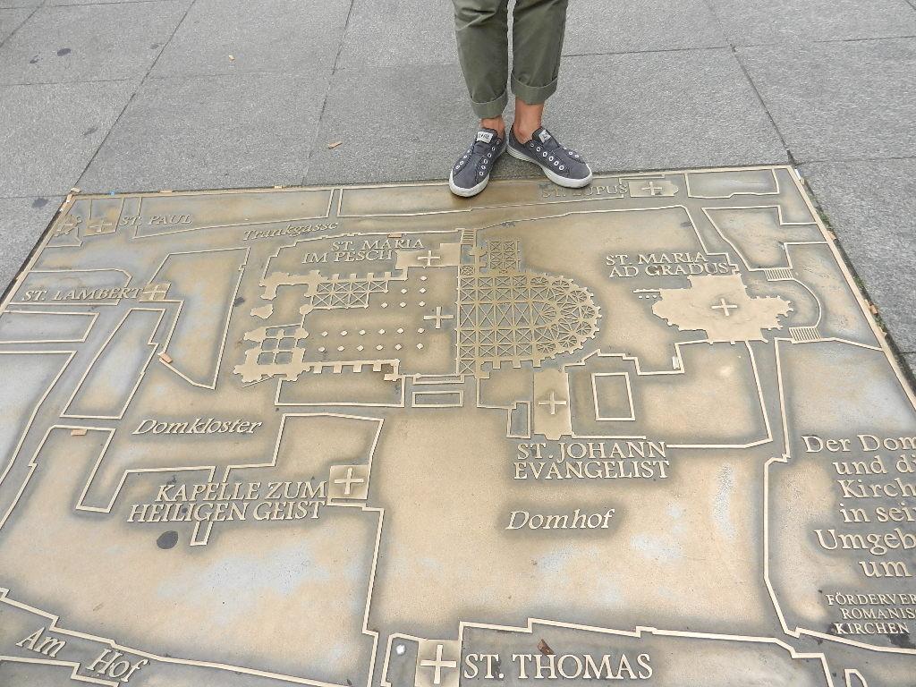 Plan v. d.Kölner -Domanlage in Bronze auf dem Platz vor dem Dom eingegossen  -Füsse sind v.d. Stadtführerin :-)).