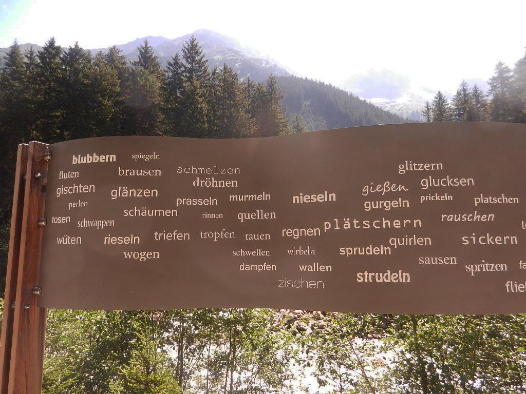 """eine Auswahl - """"was das Wasser alles kann"""" - insgesamt stehen 53 Wörter auf der Tafel"""