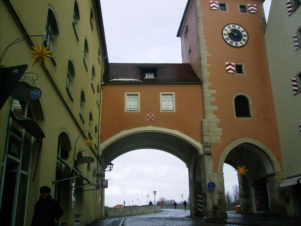 Stadttor im Hintergrund die Steinerne Brücke