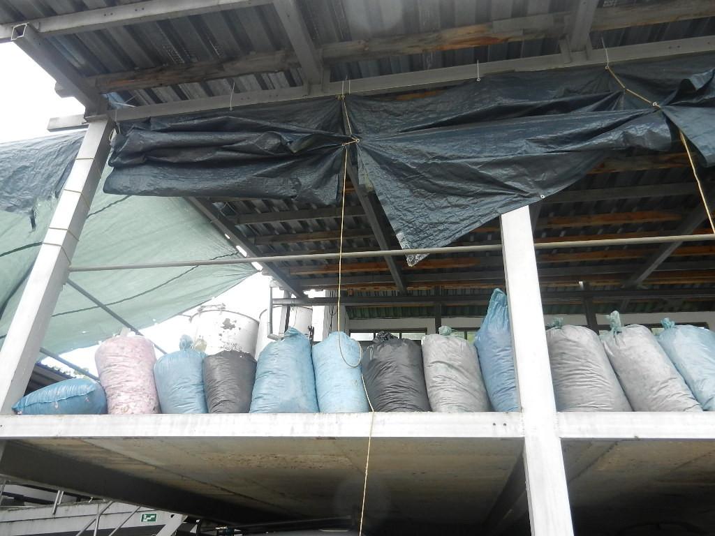die aktuelle Fabrik konnte nicht besichtigt werden - die Säcke sind gefüllt mit Rosenblüten