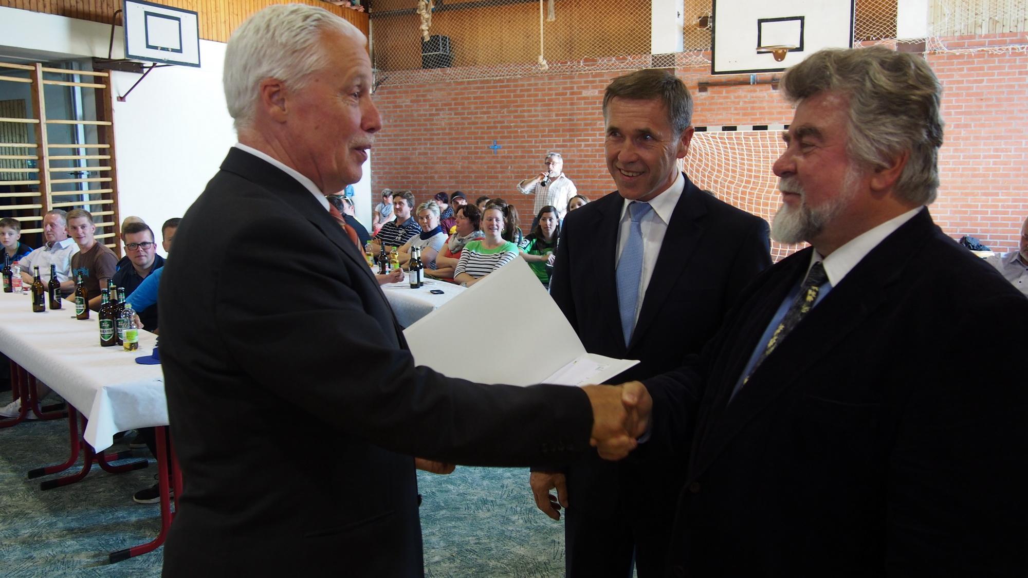 Staatssekretär Dr. Michael Wilhelm übergibt den Fördermittelbescheid über rund eine halbe Mio. Euro.