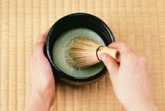 Mit Bambusschwingbesen Matcha-Teepulver aufschäumen und geniessen