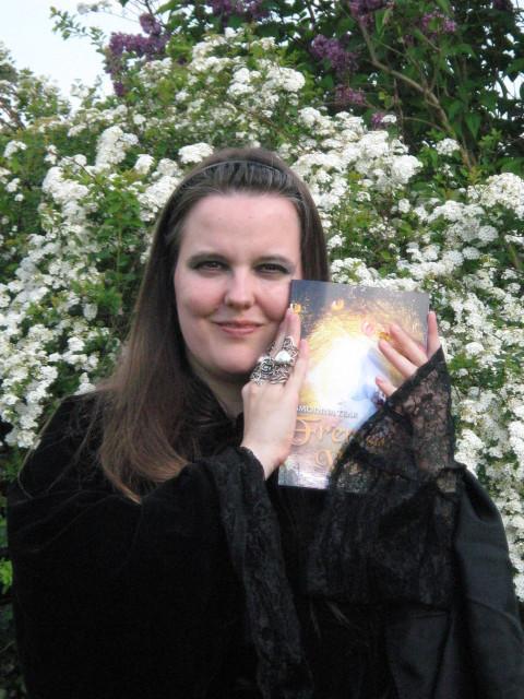 """Ich mit meinen Buch """"Fremde Welten"""