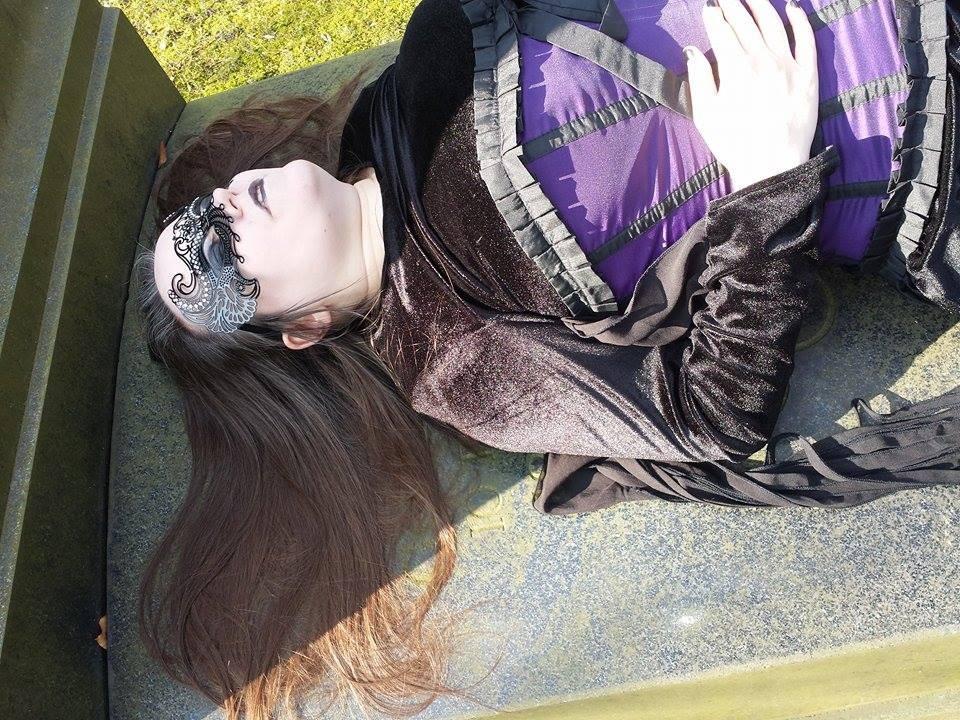 """Ich im Kleid """"Vampire embrace"""" mit Korsett und Maske"""