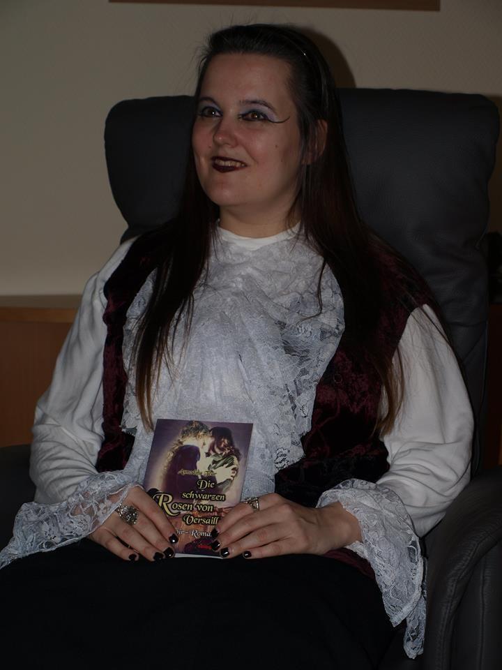 """Ich mit meinem Buch """"Die schwarzen Rosen von Versailles"""""""