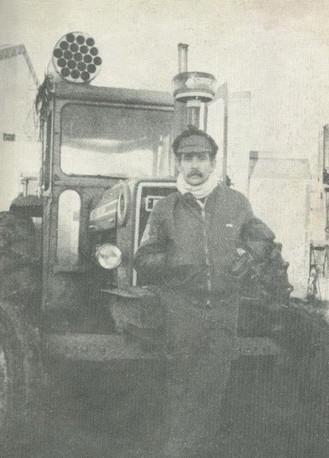El Comodoro Rubén Sassone posando frente al tractor.