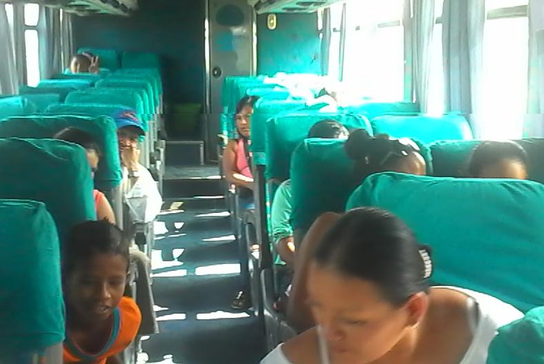Grupo de fieles que abordan el bus para ir a la marcha