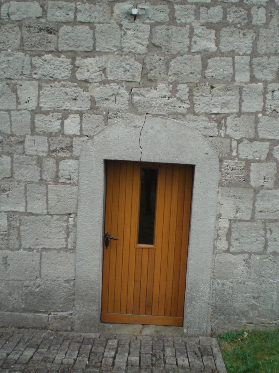 Riss in der Schwelle setzt sich im Sturz und im gesamten Mauerwerk fort.