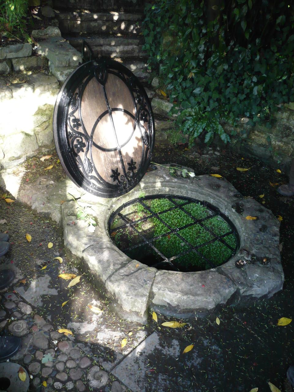 Chalice Well, Glastonbury, Rote Quelle