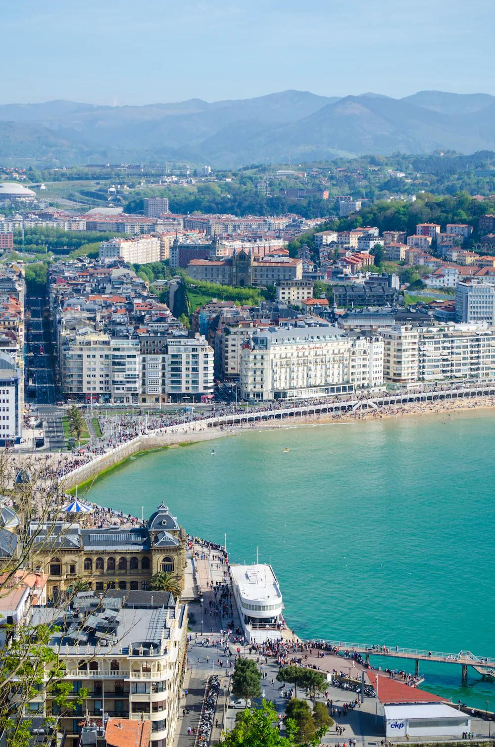 Den vierten Platz schnappt sich der europäische Strand La Concha Beach in Spanien.