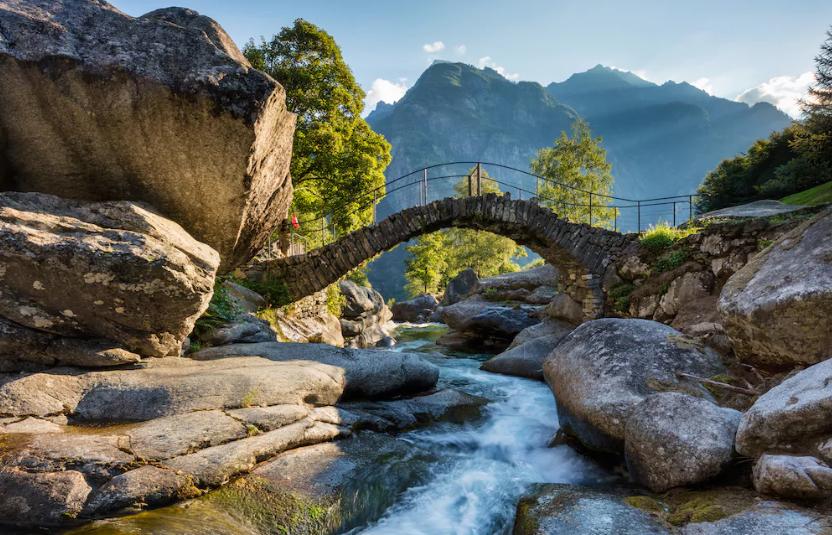 Im Tessiner Val Calnègia prägen Brocken eines Felssturzes das Bild.