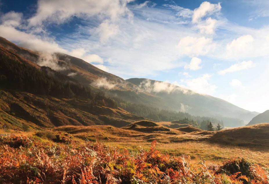 Im Herbst sind Schottlands Täler zwar wie so oft in Nebel getaucht, geben aber farblich mehr her als in anderen Jahreszeiten.