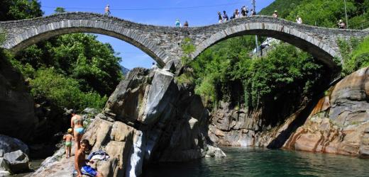 Im Sommer lockt das kühle Wasser der Verzasca. (Bild: Imago/Blickwinkel)