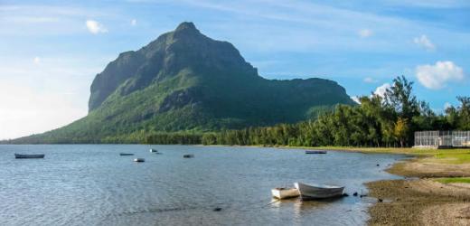 Platz acht: Mauritius. Begründung: «Das märchenhafte Inselidyll ist vor allem für seine luxuriösen Resorts und sein türkis-blaues Wasser berühmt, wo man in Korallenriffs tauchen, Kitesurfen, Kajak fahren und durch Lagunen schippern kann.