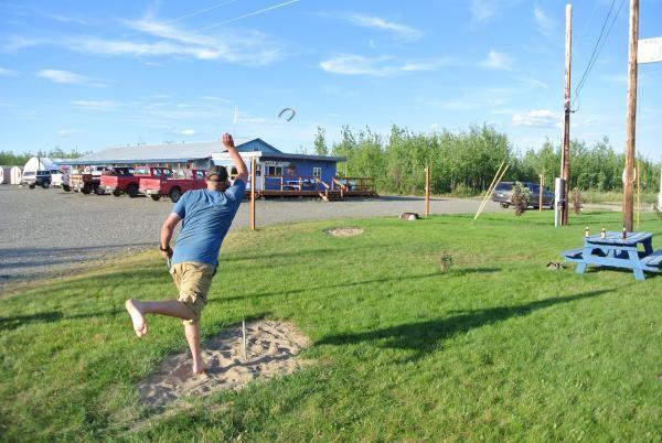 «Eine Partie Horseshoe in Tok (Alaska) mit Luke, meinem Partybuddy aus Dawson.»
